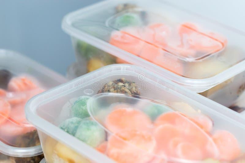 Prep maaltijd Sluit omhoog van braadstukdiners in containers royalty-vrije stock foto