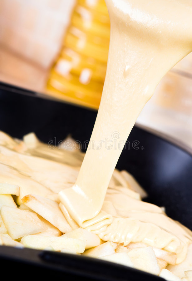 Prepairing Kuchen lizenzfreie stockfotos
