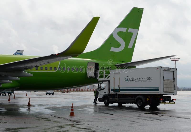 Preparándose para la salida del número de cola Boeing 737-800 VP-BQD de S7 Siberia Airlines en el aeropuerto de Domodedovo imagen de archivo libre de regalías