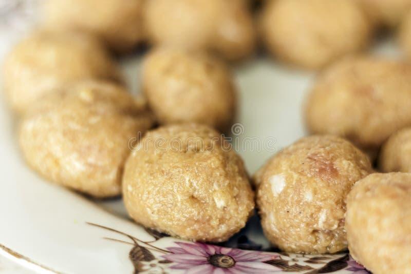Prepar?ndose, el cocinar, haciendo las alb?ndigas para las chuletas fritas hechas en casa de la carne picadita, plato ucraniano t foto de archivo libre de regalías