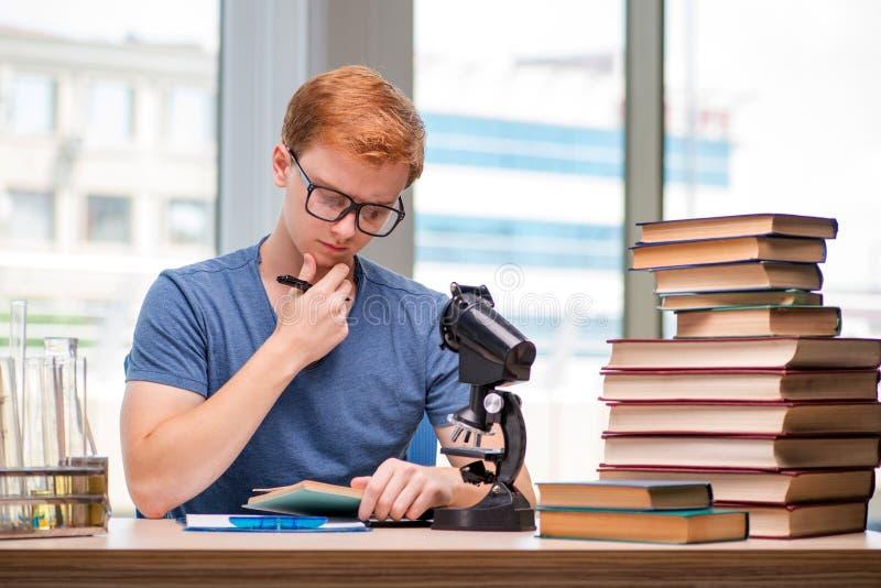 Preparação cansado e esgotada do estudante novo para o exame da química fotos de stock royalty free