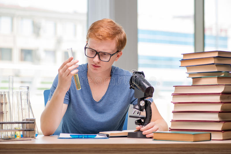 Preparação cansado e esgotada do estudante novo para o exame da química imagens de stock