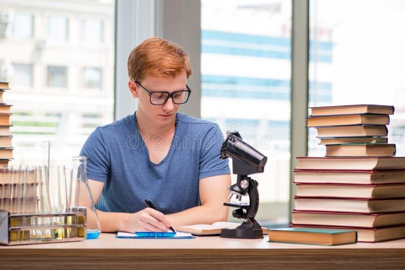 Preparação cansado e esgotada do estudante novo para o exame da química foto de stock royalty free