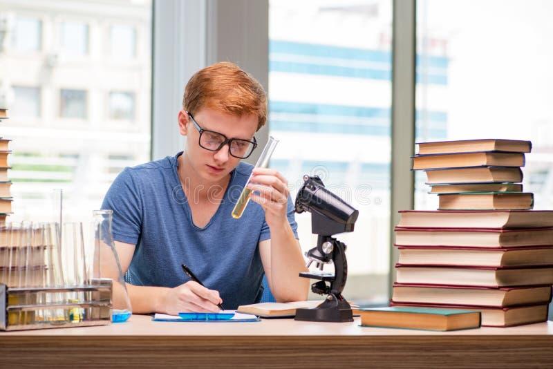 Preparação cansado e esgotada do estudante novo para o exame da química imagem de stock