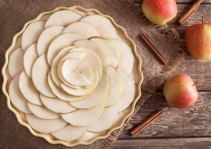 Preparação caseiro tradicional da torta de maçã crua foto de stock