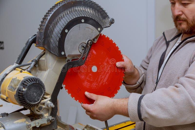 A preparação da ferramenta para para substituir uma serra em um corte considerou fotografia de stock