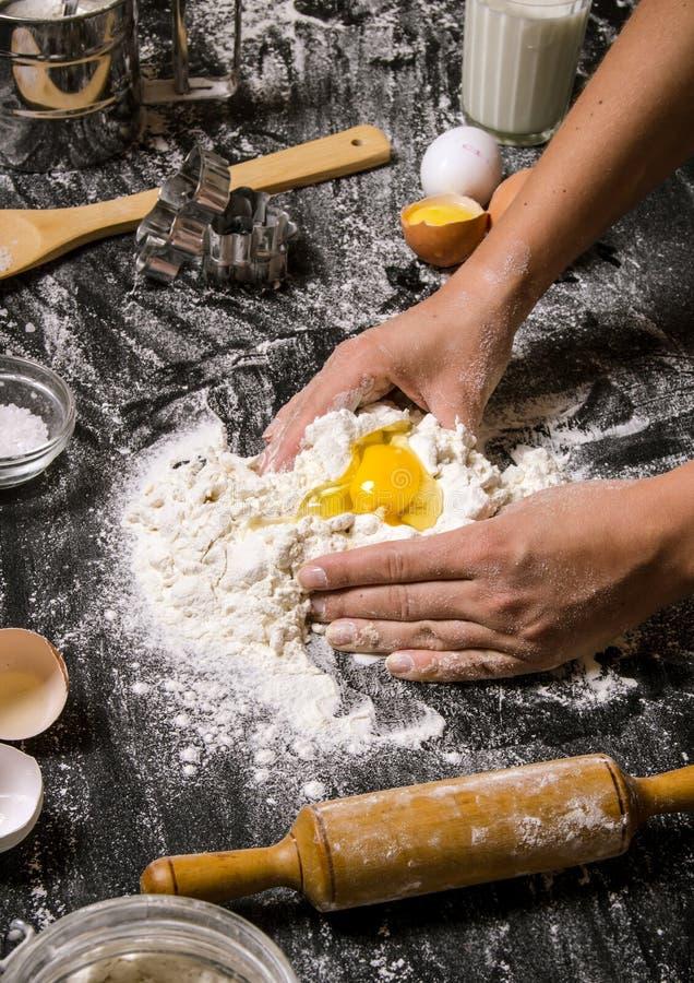 Preparação da massa Preparação as mãos da massa das mulheres imagem de stock
