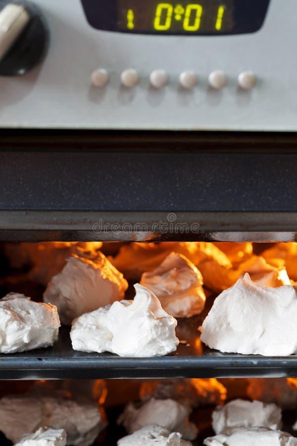 Preparação da merengue doce da sobremesa no forno foto de stock