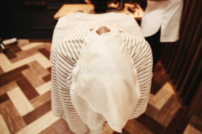 Preparação da pele da cara para a barba que barbeia, cadeira do barbeiro fotografia de stock