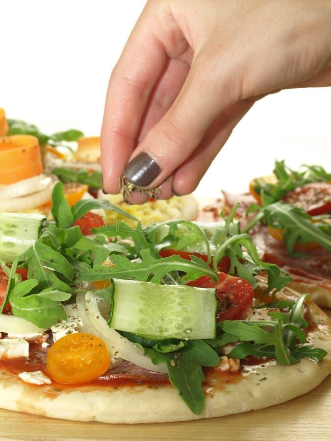 Preparação da pizza imagem de stock