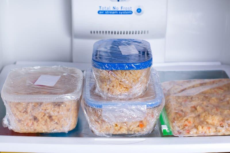 Preparação da refeição em uns recipientes no refrigerador fotografia de stock
