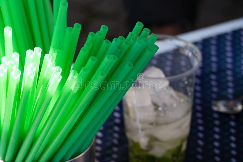 Preparação de uma bebida com palha verde fotos de stock royalty free