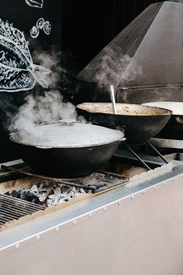 Prepara??o do alimento no caldeir?o no carv?o vegetal fotos de stock royalty free