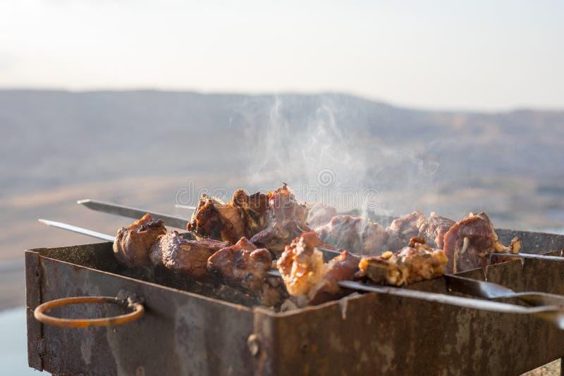 Preparação do BBQ do no espeto outdoor Fim acima fotografia de stock
