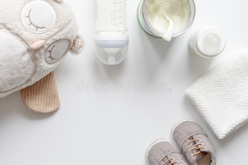 Preparação do bebê da mistura que alimenta na opinião superior do fundo branco fotos de stock