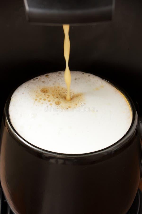Preparação do café com leite fotografia de stock royalty free