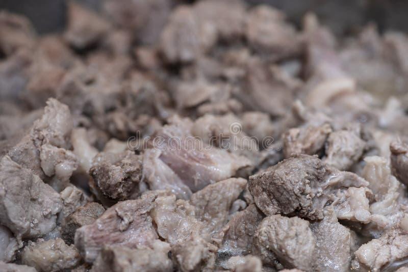 Preparação do guisado casa-feito da carne de porco, processo de cozimento em uma bandeja, close-up Culinária ucraniana foto de stock