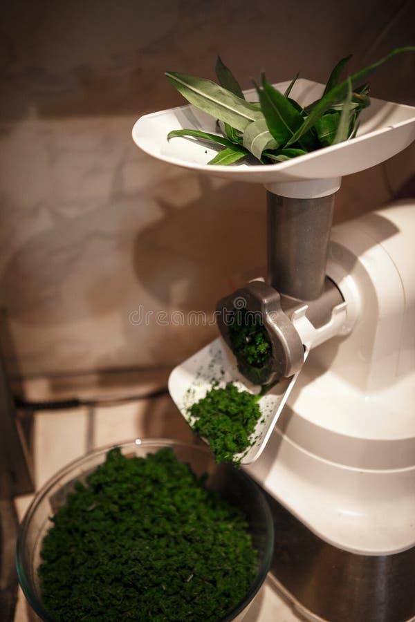 Preparação do Ivan-chá em casa das flores manuais da água a ferver foto de stock