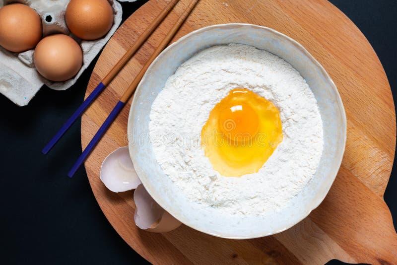 Preparação dos alimentos para a massa caseiro para a massa ou o noo chinês do ovo foto de stock royalty free