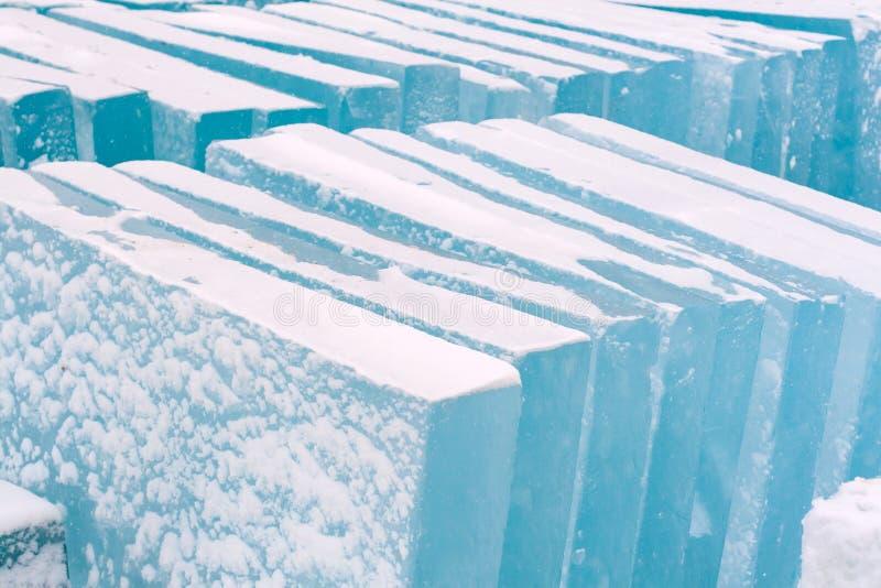 Preparação dos blocos de gelo para criar esculturas de gelo para o Y novo fotografia de stock