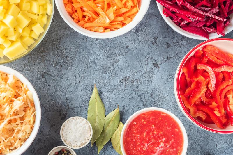 Preparação dos ingredientes dos vegetais da sopa da borsch na cozinha imagens de stock royalty free