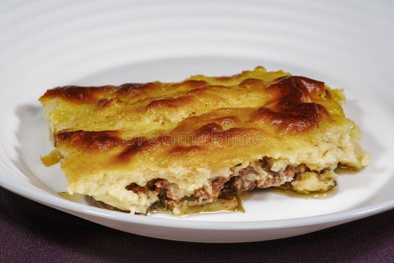Preparação grega da receita do prato do moussaka fotografia de stock royalty free
