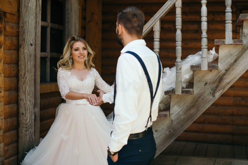 Preparação para a cerimônia de casamento de dois amantes imagens de stock royalty free