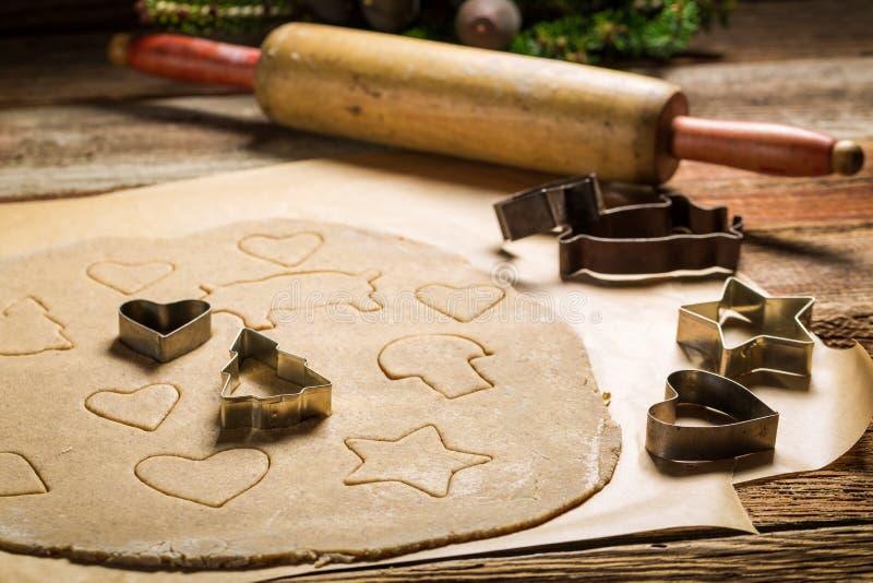 Preparação para cookies de cozimento do pão-de-espécie do Natal imagem de stock