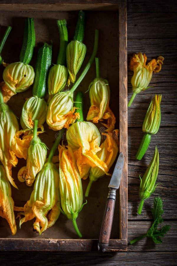 Preparação para a flor roasted caseiro do abobrinha feita da massa de panqueca fotografia de stock royalty free