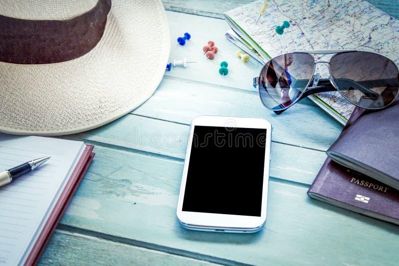 Preparação para o curso, telefone celular, óculos de sol, passaporte imagens de stock