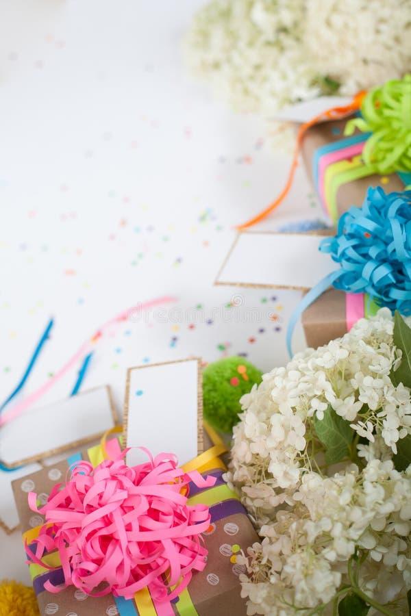Preparação para o feriado Presentes envolvidos no empacotamento colorido fotografia de stock