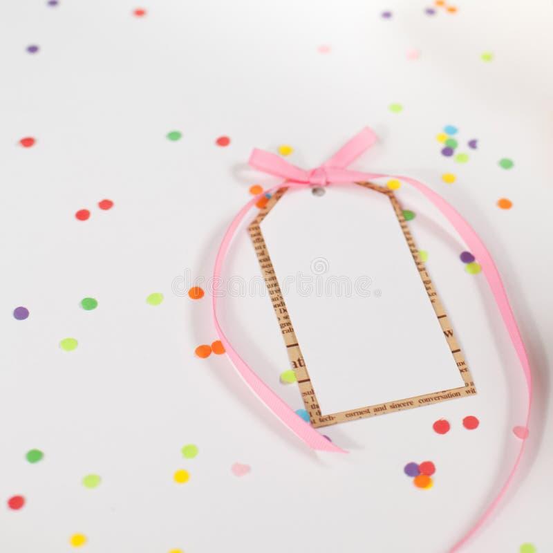 Preparação para o feriado Presentes envolvidos no empacotamento colorido imagens de stock royalty free