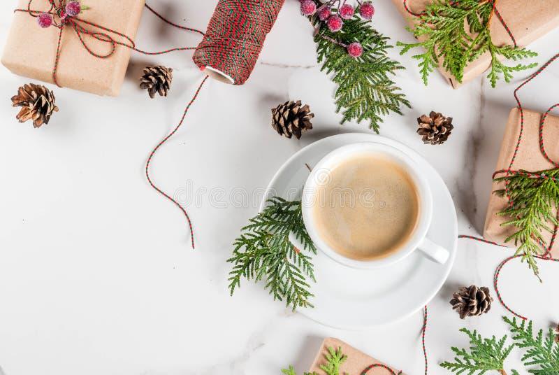 Preparação para o Natal com café e presentes fotos de stock royalty free