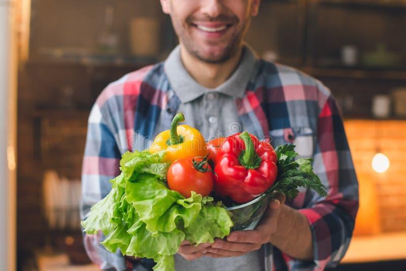 Preparação saudável da refeição do alimento do vegetariano do homem novo fotografia de stock