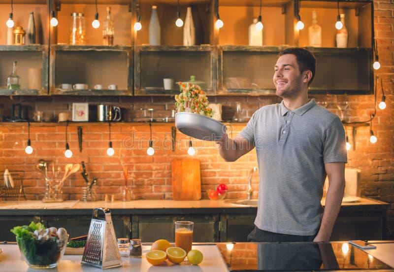 Preparação saudável da refeição do alimento do vegetariano do homem novo imagens de stock