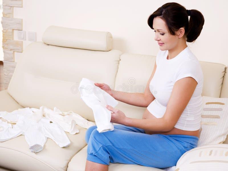 Preparações da mulher gravida ao hospital de maternidade fotografia de stock royalty free