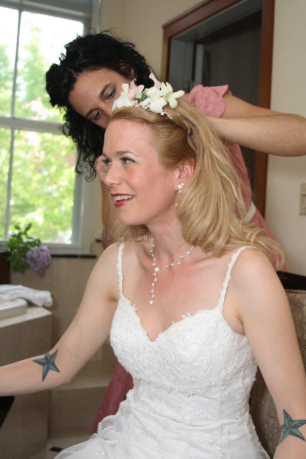 Preparações do dia do casamento - empregada doméstica da noiva e da noiva fotografia de stock royalty free