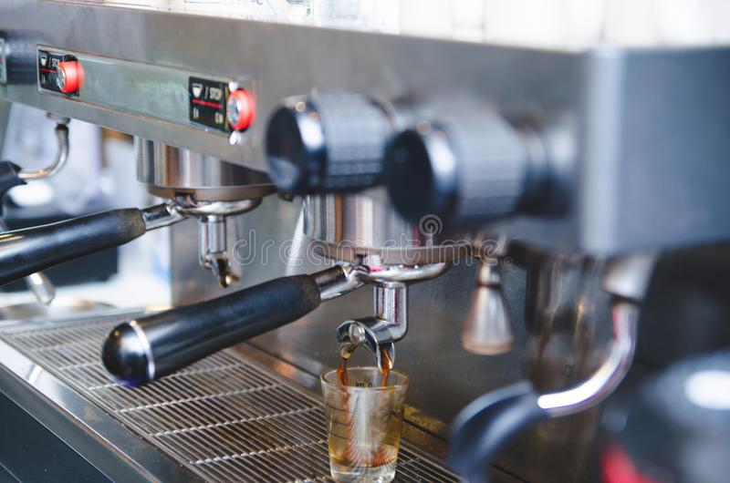 Prepara el café express en su cafetería imágenes de archivo libres de regalías