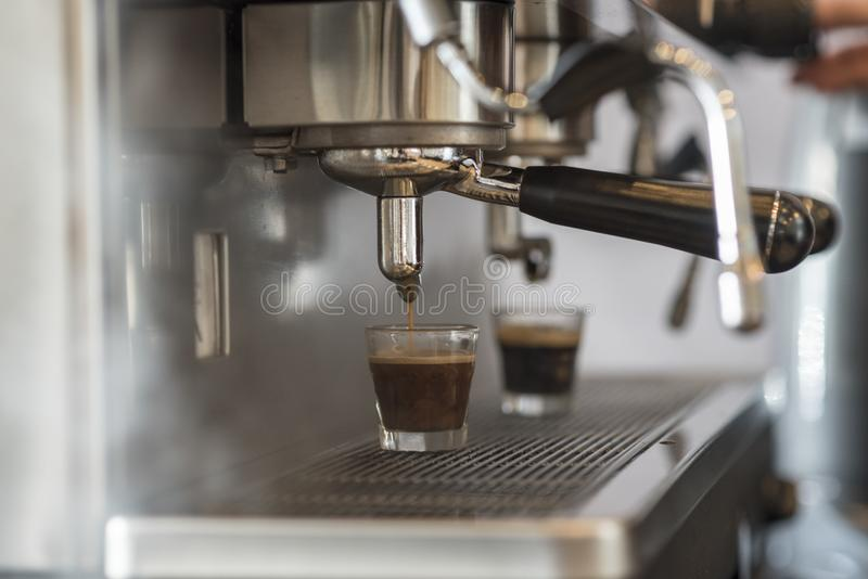 Prepara el café express en su cafetería; primer imagenes de archivo