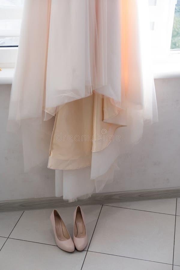 Prepara??es do casamento - vestido de casamento bonito em um gancho feito sob encomenda imagem de stock