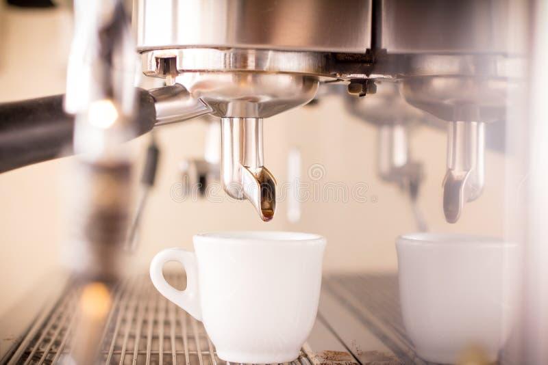 Prepara il caffè espresso in caffetteria immagini stock libere da diritti
