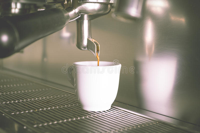 Prepara il caffè espresso nel negozio di offee immagini stock