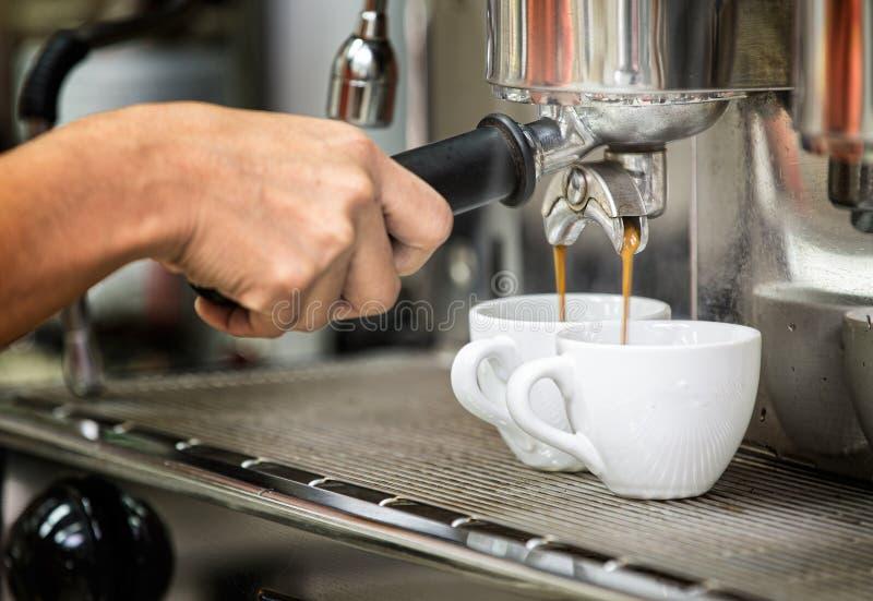 Prepara il caffè espresso nella sua caffetteria immagine stock