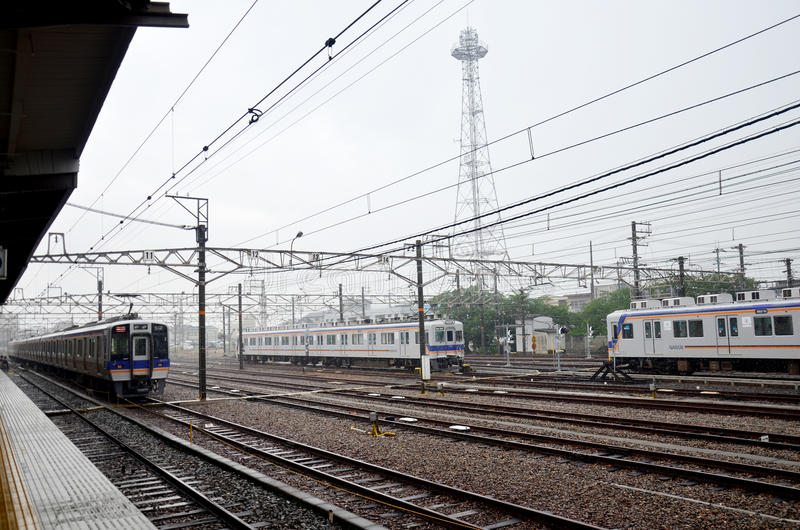Prepara la fermata alla stazione ferroviaria di Wakayama mentre piovono fotografia stock
