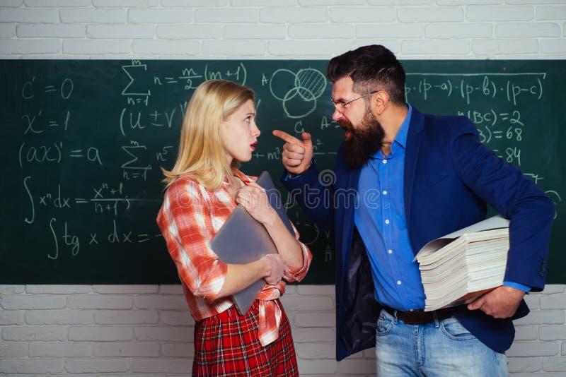 Prepara??o para o exame na faculdade De volta ? escola e ao conceito da educa??o Estudante fêmea adolescente que prepara-se para  imagem de stock