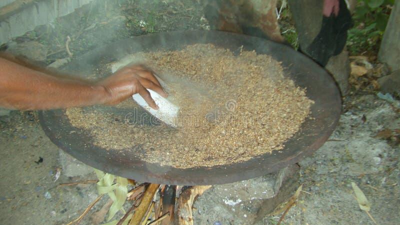 Preparación de la cerveza etíope tradicional - ella de t ' fotografía de archivo