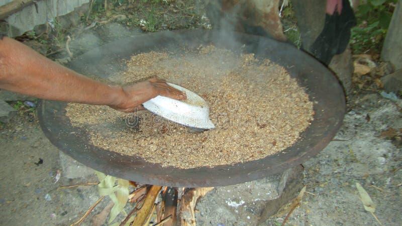 Preparación de la cerveza etíope tradicional - ella de t ' imagenes de archivo