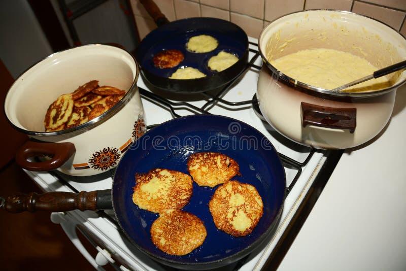 Preparación casera de las crepes de patata fotos de archivo