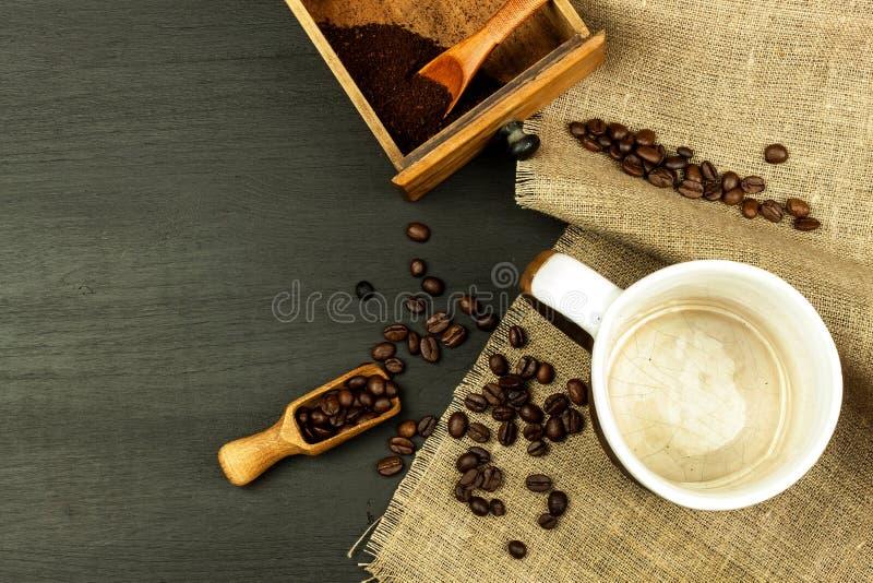 Preparación casera del café Granos de café en la tabla de cocina Venta del café imágenes de archivo libres de regalías