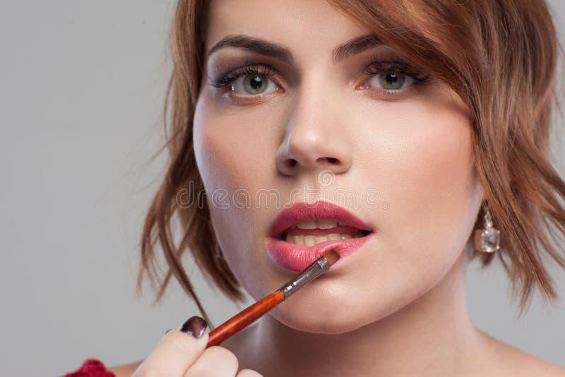 Preparación de la belleza de las mujeres Primer del tutorial del maquillaje fotos de archivo libres de regalías